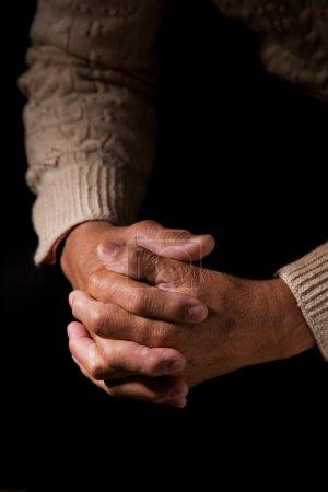 Photo pour Un plan d'un aîné en prière - image libre de droit
