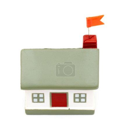 Photo pour Petite maison avec drapeau isolé sur fond blanc - image libre de droit