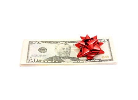 Photo pour 50 Dollar avec arc de vacances isolé sur blanc - image libre de droit