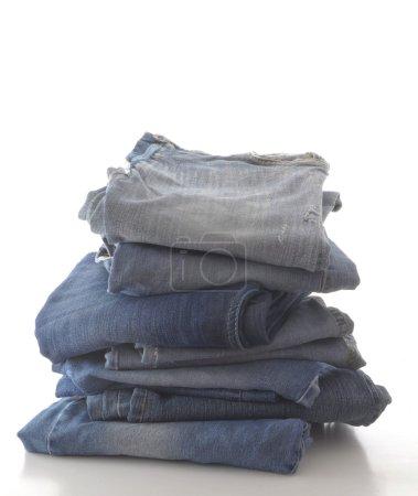 Photo pour Empilement de jeans bleus, isolé sur fond blanc - image libre de droit