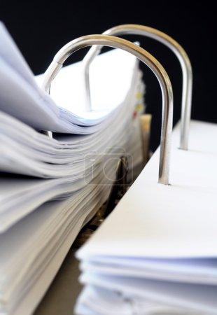 Photo pour Un dossier d'affaires ouvrir le fichier avec un fond noir - image libre de droit