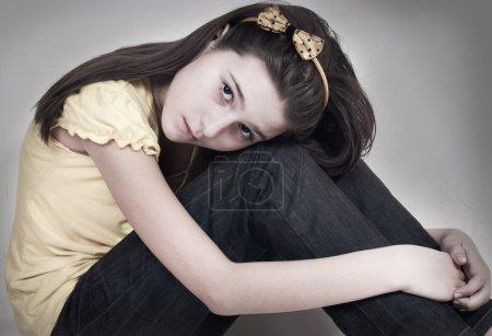 Photo pour La triste fille a embrassé les genoux - image libre de droit