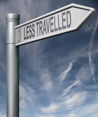 Photo pour Signe moins fréquentée écrêtage flèche de signe de route chemin pointant vers la randonnée trekking aventure, randonnée dans la nature hors des sentiers battus - image libre de droit