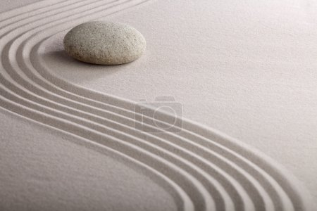 Photo pour Jardin zen jardin japonais zen pierre avec sable râpé et pierre ronde tranquillité et équilibre ondulations motif de sable - image libre de droit