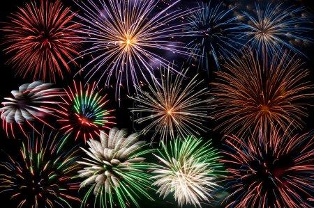 Photo pour Affichage des explosions de feu d'artifice coloré - image libre de droit