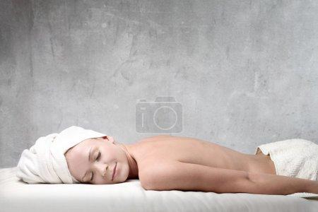 Photo pour Belle femme relaxante pendant un soin de beauté - image libre de droit