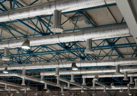 Photo pour Système de ventilation au plafond de grands bâtiments - image libre de droit