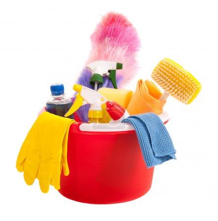 Photo pour Outils de nettoyage dans un seau rouge isolé sur blanc - image libre de droit