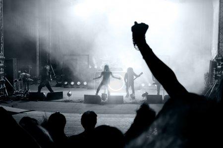 Photo pour Scène d'un concert de rock avec le chanteur de la silhouette - image libre de droit