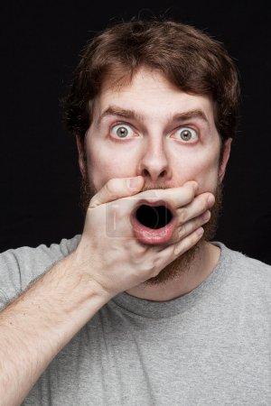 Photo pour Homme en état de choc après avoir constaté l'incroyables news secrets - image libre de droit
