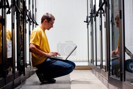 Photo pour L'ingénieur trouve avant équipement en datacenter - image libre de droit