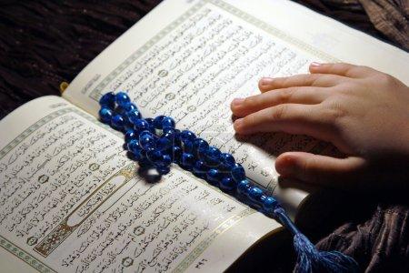 Photo pour Adorant la lecture Coran - image libre de droit