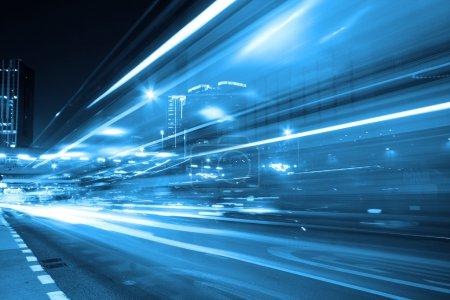Photo pour Circulation dans la ville la nuit - image libre de droit