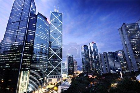 Photo pour Immeuble de bureaux la nuit à Hongkong - image libre de droit