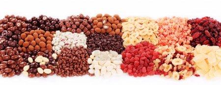 Trockenfrüchte und mit Schokolade überzogene Nüsse