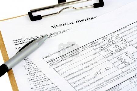 Photo pour Deux formulaires d'assurance sur un presse-papiers avec un stylo . - image libre de droit
