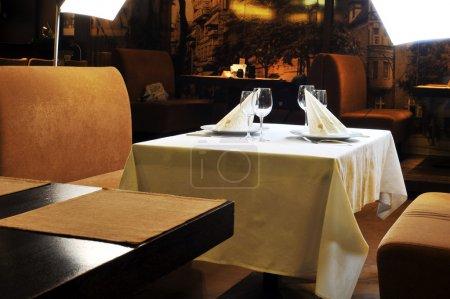 Photo pour Tables pour le repas dans un restaurant moderne - image libre de droit