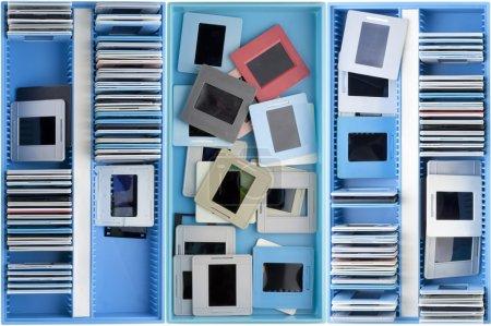 Photo pour Boîtes bleues avec vieux négatifs poussiéreux et fond de diapositives - image libre de droit