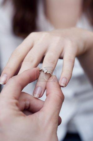 Photo pour Une image de situation d'insertion d'une bague de fiançailles dans un doigt - image libre de droit