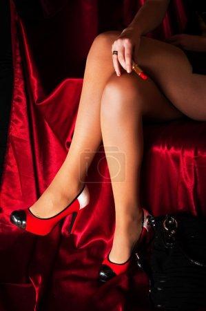 Photo pour Belles jambes sexy avec rad chaussures sur fond rouge - image libre de droit