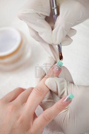 Photo pour Belle application de gel sur les ongles. Gros plan - image libre de droit