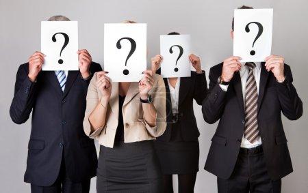Photo pour Groupe d'entreprises non identifiables se cachant sous des points d'interrogation - image libre de droit
