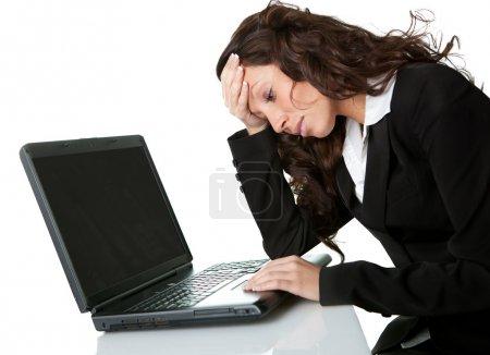 Photo pour Femme d'affaires stressante qui travaille sur un ordinateur portable. Isolé sur blanc - image libre de droit