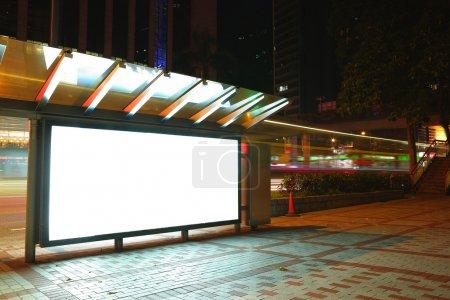 Photo pour Panneau d'affichage vide pendant la nuit - image libre de droit