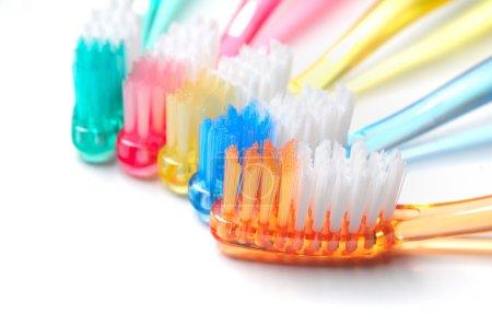 Photo pour Cinq brosses à dents multicolores sur fond blanc - image libre de droit