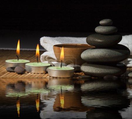 Photo pour Spa. belles pierres pour un massage sur un fond blanc - image libre de droit