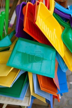 Photo pour Objets de différentes couleurs avec un indice de pollution élevé qui sont obtenus par raffinage de produits pétroliers et de colorants synthétiques - image libre de droit