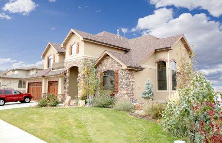 Photo pour Luxe maison avec aménagement paysager et bleu ciel - image libre de droit