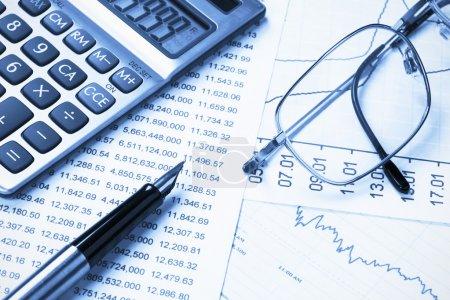Photo pour Stylo sur l'arrière-plan des États financiers, les verres et les calculatrice - image libre de droit