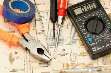 Photo pour Outils sur fond du schéma électrique - image libre de droit