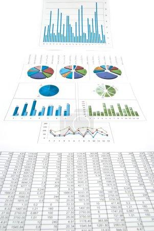 Photo pour Entreprise nature morte avec des diagrammes, des graphiques et des chiffres. Studio tourné - image libre de droit