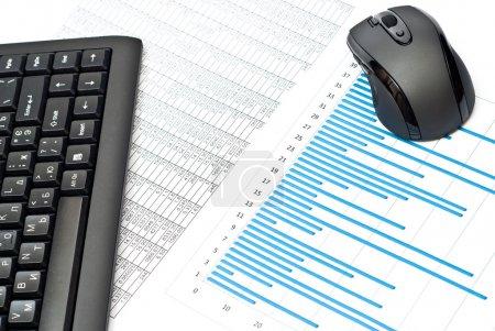 Photo pour Gros plan du clavier, de la souris, des graphiques sur la table - image libre de droit