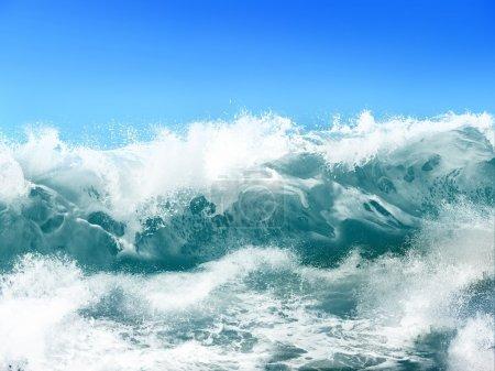 Photo pour Vagues de l'océan blanc sur fond bleu ciel - Illustration informatique - image libre de droit