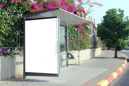 Photo pour Une connexion blanche vierge à la gare routière - image libre de droit