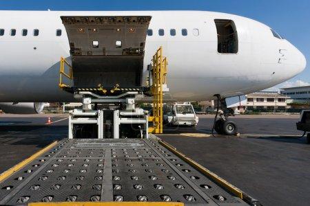 Photo pour Plateforme de chargement du fret aérien vers l'aéronef - image libre de droit