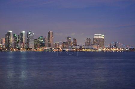 Photo pour La ligne d'horizon de San Diego est vue au crépuscule depuis Harbor Island . - image libre de droit