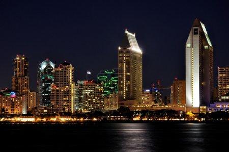 Photo pour Vue des hôtels de San Diego et des tours de bureaux le long du front de mer après la tombée de la nuit . - image libre de droit