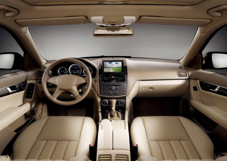 Photo pour Vue de l'intérieur d'une voiture d'affaires moderne montrant le tableau de bord - image libre de droit