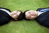 Mladý dospělý pár a ležel v trávě