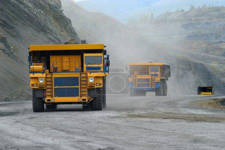 Photo pour Une photo d'un gros camion minier jaune sur le chantier - image libre de droit