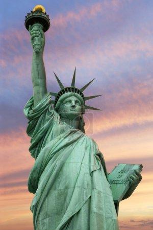 Photo pour Photo de la statue de la liberté à new York sous un ciel vive. - image libre de droit