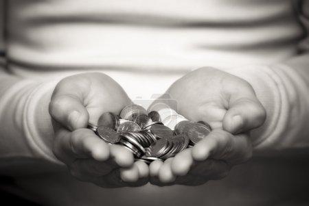 Photo pour Une personne qui donne de l'argent - image libre de droit