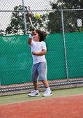 Mladý chlapec hrát tenis