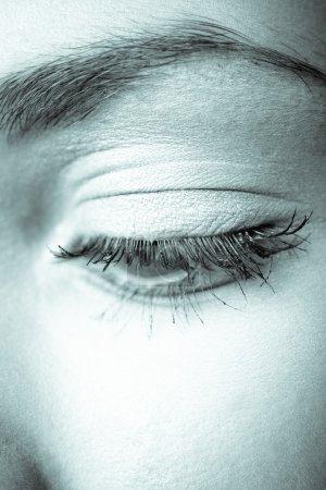 Foto de Ojo femenino cerca para arriba, studio shot, tonos azules - Imagen libre de derechos