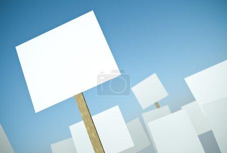 Photo pour Bannières de protestation vierges contre le ciel bleu. rendu 3D . - image libre de droit
