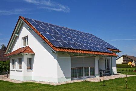 Foto de Panel solar de energía alternativa en el techo - Imagen libre de derechos